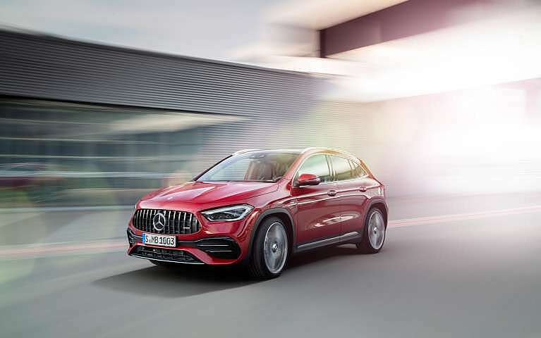 Roter Mercedes-AMG GLA 35 4MATIC Frontansicht
