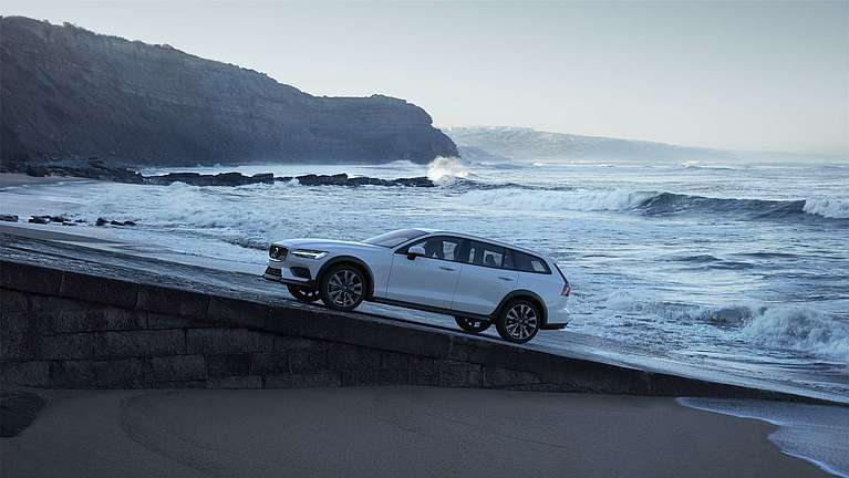 Der Volvo V60 Cross Country am Meer in der Seitansicht