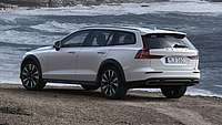 Der Volvo V60 Cross Country am Meer in der Heckansicht