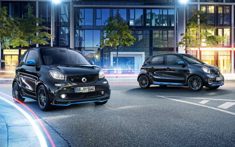 Fahrszene zweier smart EQ fortwo/forfour edition nightsky